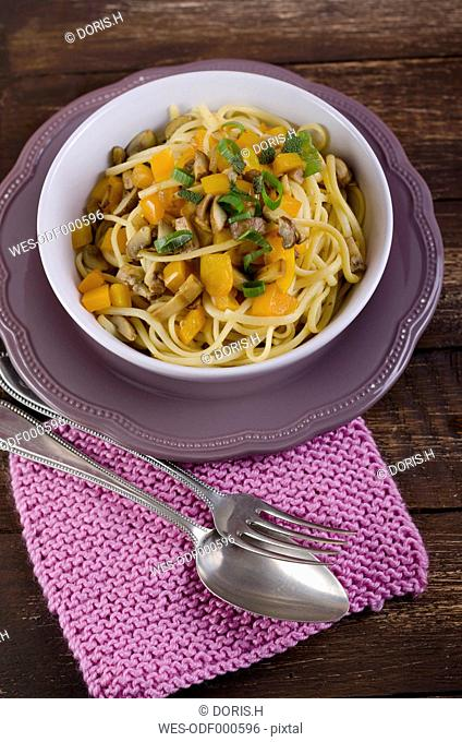 Fried noodles with bell pepper and mushrooms