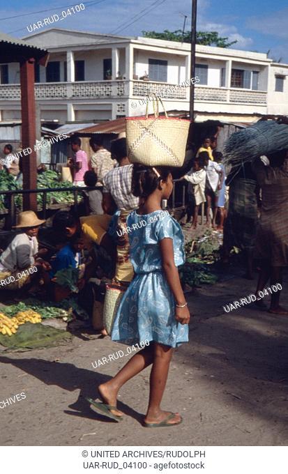 Ein Mädchen auf dem Weg zum Wochenmarkt, Madagaskar 1989. A girl on her way to the weekly market, Madagascar 1989