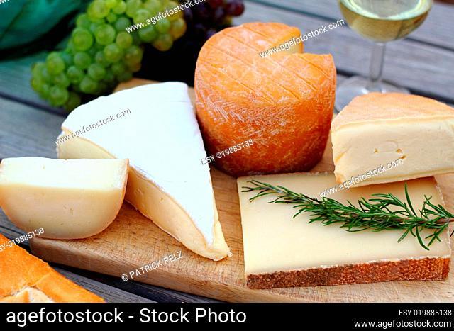 Käseplatte mit Wein, Trauben und Baguette