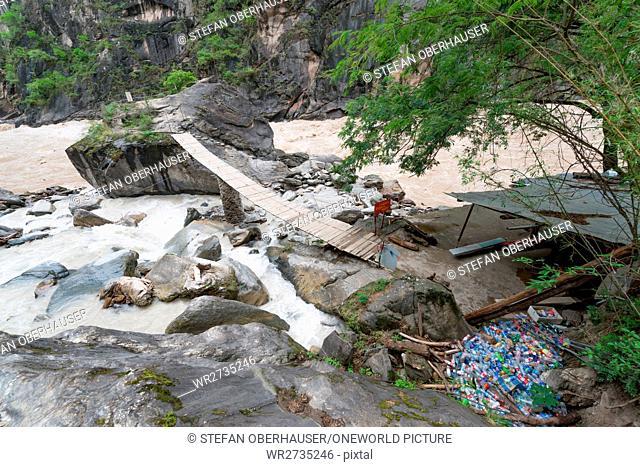 China, Yunnan Sheng, Diqing Zangzuzizhizhou, hike (2-day tour) to the Tigersprung Gorge of the Yangtze River, plastic waste next to the Yangtze River