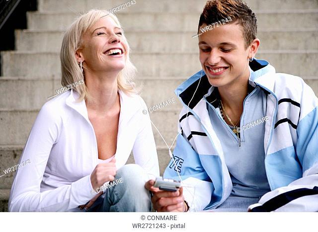 teenage couple, happy, mp3 player, listening, youn