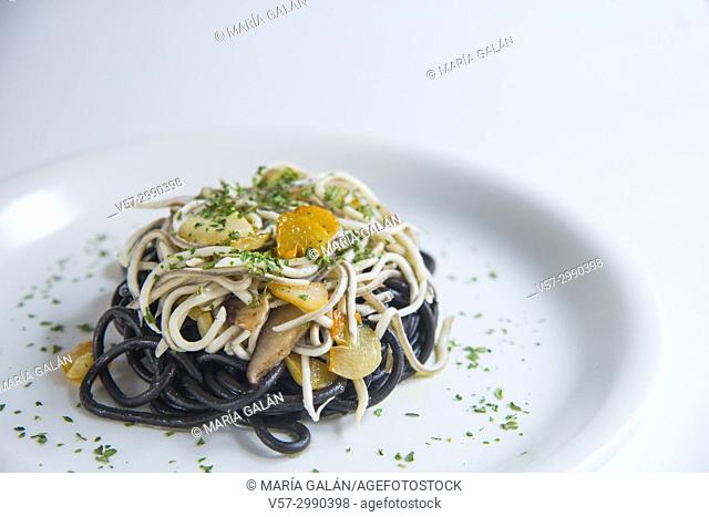 Black spaghetti with eels, garlic, mushrooms and persley