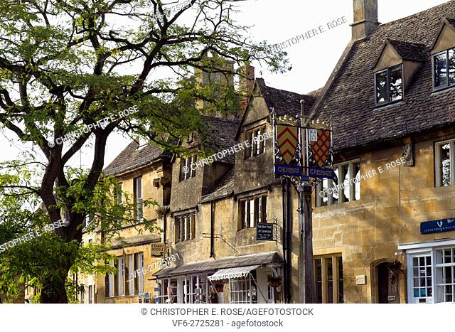 Autumn sunshine brings the visitors to Chipping Campden, The Cotswolds, Gloucestershire, UK