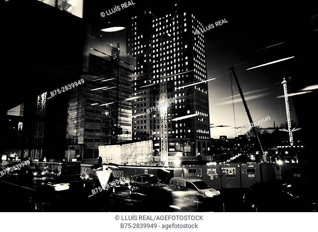 The City de noche con edificios, trafico, movimiento luces y vida. Londres, West End, UK, Europa