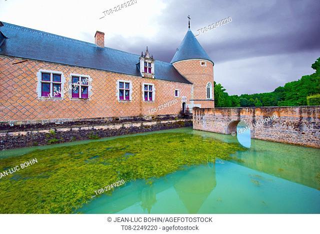france, loiret,chamerolles : 16 th century castle, bridge