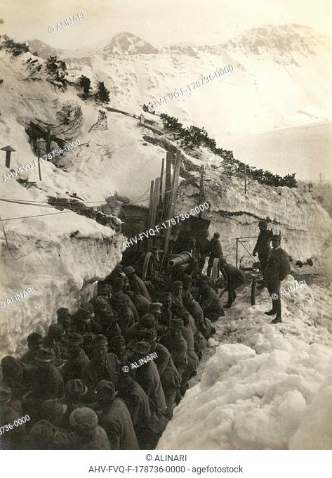 World War I: Soldiers in a trench in the snow pulling a gun, shot 1914-1918