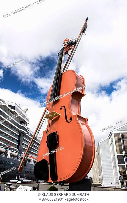 The Big Fiddle', 18-m-high stylised violin in the harbour area of Sydney in Canada