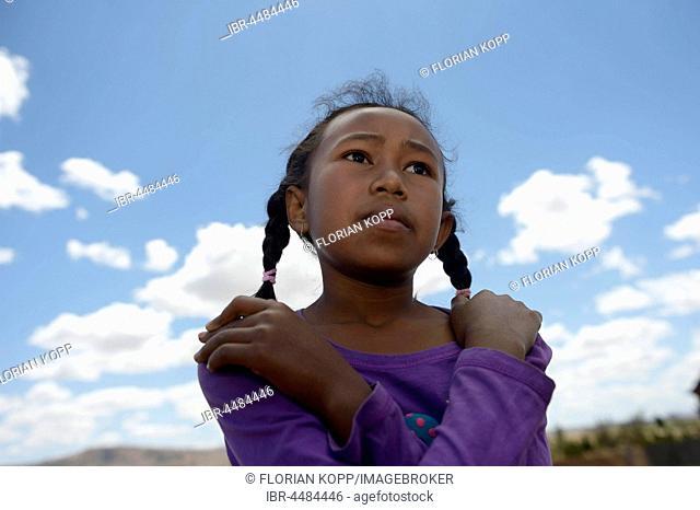Serious girl, portrait, Avarabohitra Fenomanano village, Tsiroanomandidy district, Bongolava region, Madagascar