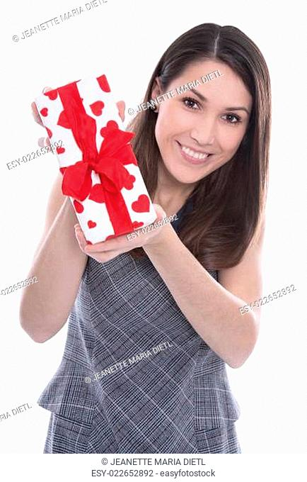Junge lachende Frau isoliert mit einem Geschenk mit Herzen in Rot in der Hand