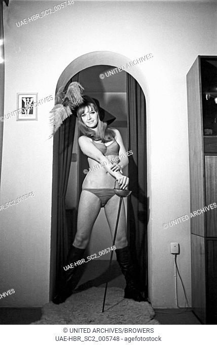 Die deutsche Schauspielerin Inge Marschall, Deutschland 1960er Jahre. German actress Inge Marschall, Germany 1960s. 24x36swNeg334