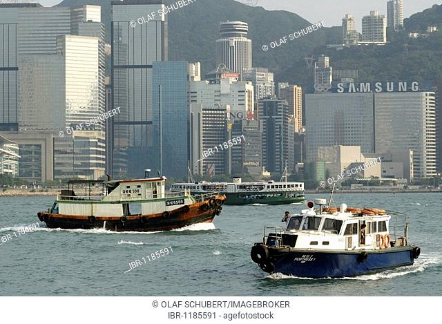 Tugs, Star Ferry and boat in front of the skyline of Central Hong Kong, Financial District, Hong Kong, China, Asia