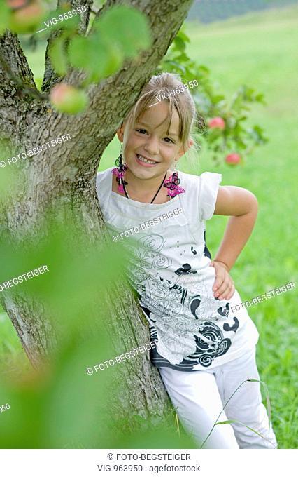 blond girl under apple tree. - 25/08/2008