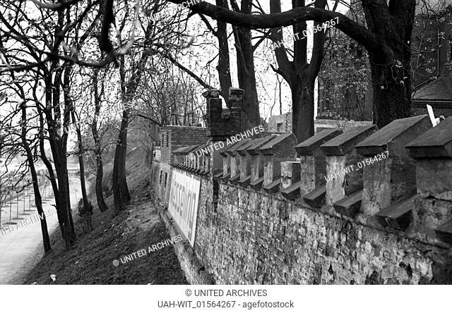 Der Schriftzug Wesseling am Ufer des Rheins zeigt der Schiffahrt, wo sie sich gerade befindet, 1930er Jahre