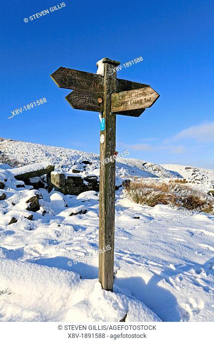 Pennine Way, Top Withens, Bronte Falls, wooden fingerpost in winter snow, Haworth Moor, Bradford, West Yorkshire, England, UK