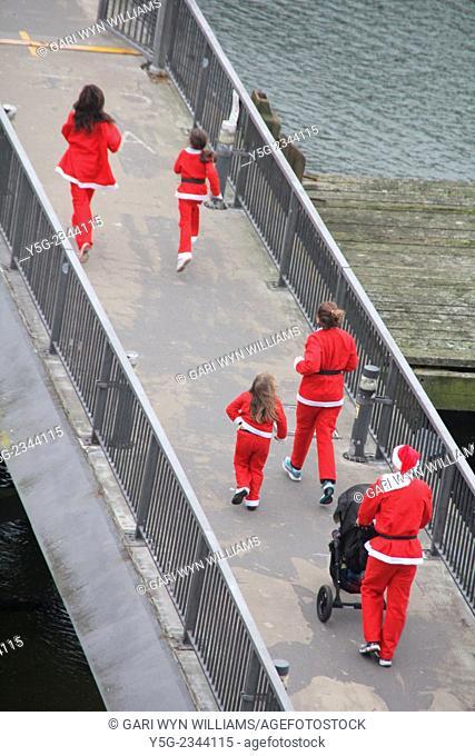 Caernarfon, Wales, UK - 21st December, 2014. The Caernarfon Santa Run in Wales, Great Britain, UK