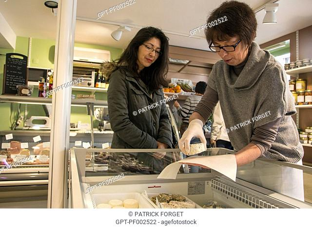 NATHALIE DE WEVER, STORE OWNER, SERVING A FRESH CHEESE TO A CUSTOMER, LOCAVORE SHOP 'GOUT ET TRADITION, RUGLES, EURE (27), FRANCE