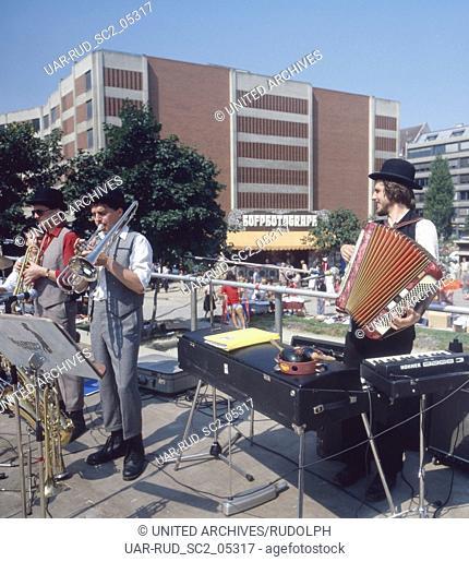 München, 1985. Sankt Jakobsplatz. Tingeltangelfest mit Strassenmusikern. Munich, 1985. Tingeltangel Sideshow at St. Jakobsplatz