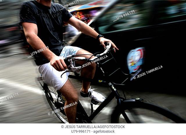Ciclista transitando por Amsterdam  Benelux  Holanda  Paises Bajos  Europa