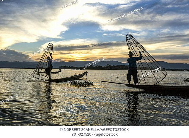 Myanmar (ex Birmanie). Inle lake. Shan state. Fishermen Intha, Inle Lake ethnic group