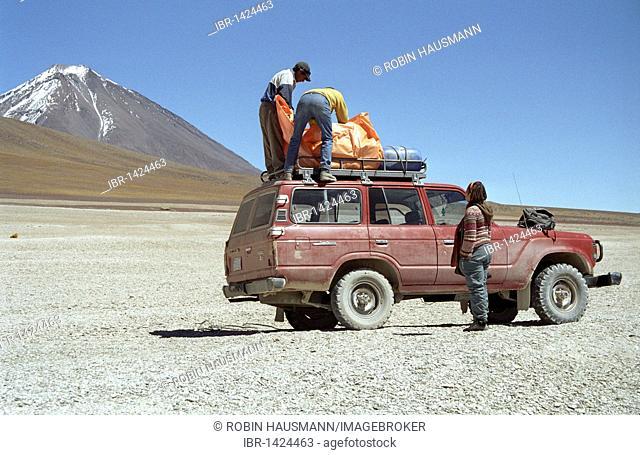 SUV in the highlands of the Bolivian Andes, Reserva Nacional de Fauna Andina Eduardo Avaroa nature reserve, Bolivia, South America