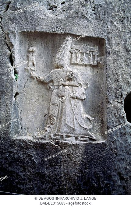 King Tudhaliya IV, dressed in a sumptuous ceremonial gown and being protected by the god Sharrumma, 1250-1220 aC, relief in the sanctuary of Yazilikaya