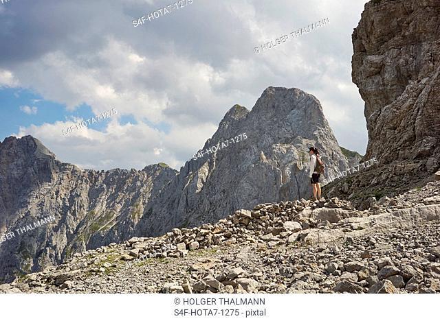 Alpen, Karwendel, Frau wandert in felsiger Berglandschaft