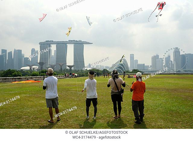 29. 07. 2018, Singapore, Republic of Singapore, Asia - People are seen flying kites on the Marina Barrage rooftop garden