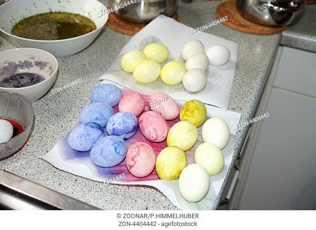 Gefaerbte Eier abtropfen lassen