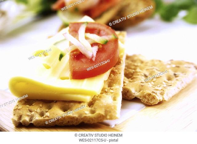 Crispbread with cheese and tomatoe