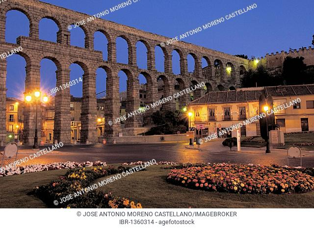Roman aqueduct at night, Segovia, Castilla-León, Spain, Europe