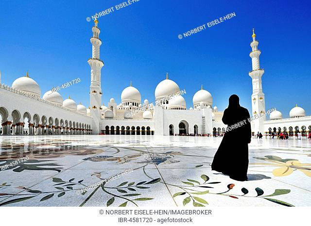 Veiled woman in front of the Sheikh-Zayed Mosque, Emirate Abu Dhabi, United Arab Emirates