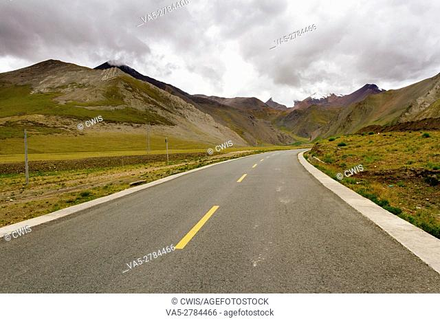 The view of the road in the outdoor with beautiful nature landscape