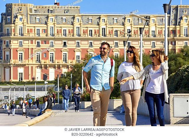 Guide with tourists, Tour, Biarritz, Aquitaine, Pyrenees Atlantiques, France, Europe