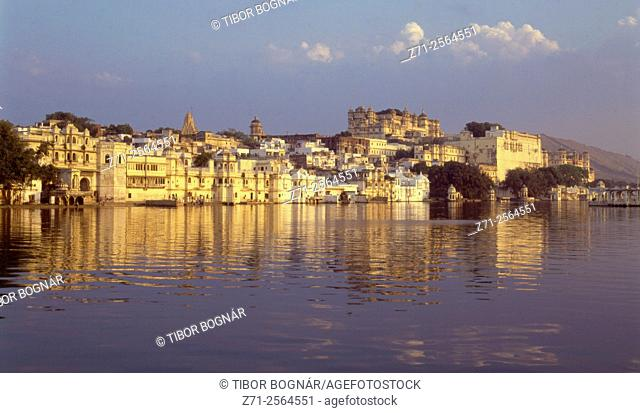 India, Rajasthan, Udaipur, skyline, City Palace, Lake Pichola,