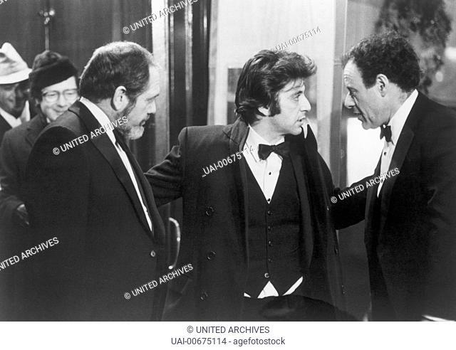 AUTHOR AUTHOR Author! Author! USA 1982 Arthur Hiller Playwright Ivan Travalian (AL PACINO), center, confers with the director of his play Finestein (BOB DISHY)