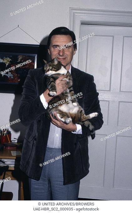 Der deutsche Schauspieler Helmut Fischer mit Katze Rosi, Deutschland 1980er Jahre. German actor Helmut Fischer with his cat Rosi, Germany 1980s
