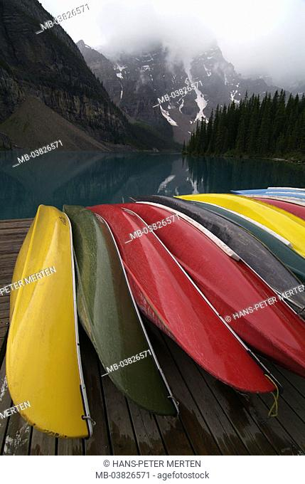 Canada, Alberta, Banff-Nationalpark, Moraine brine, shores, boats