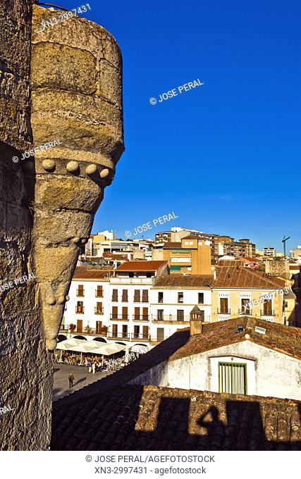 The battlements and wall nex to Arch of the Star, Arco de la Estrella, Main square, Plaza Mayor, Old Town of Cáceres, medieval town