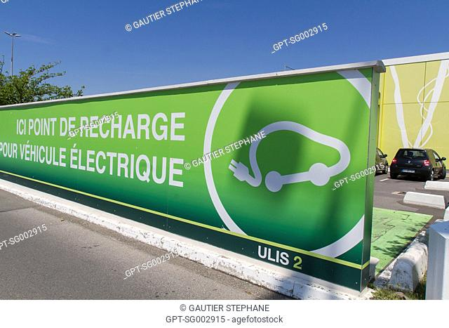 RECHARGING POINT FOR ELECTRIC VEHICLES, LES ULIS SHOPPING CENTER, LES ULIS, (91) ESSONNE, ILE-DE-FRANCE, FRANCE