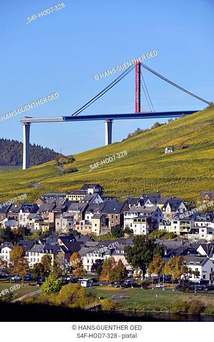Deutschland, die neue Hochmoselbrücke bei Zeltingen-Rachtig