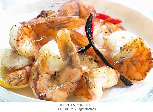 King prawns with bourbon vanilla and lemon slices