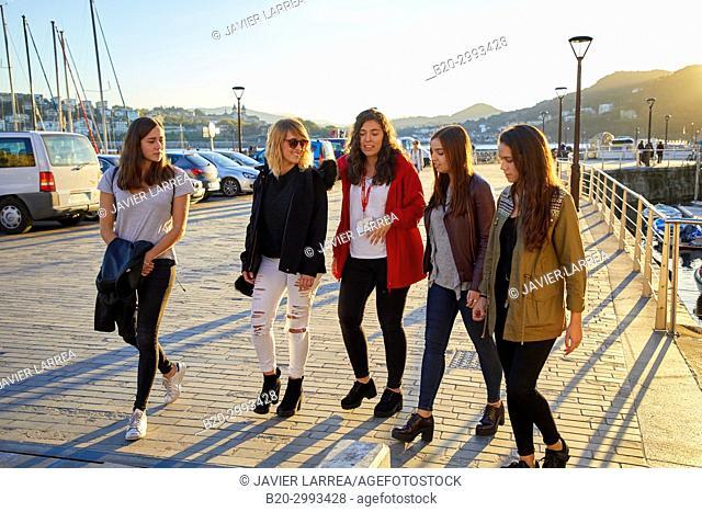 Group of tourists and guide making a tour of the city, Port, Donostia, San Sebastian, Gipuzkoa, Basque Country, Spain, Europe