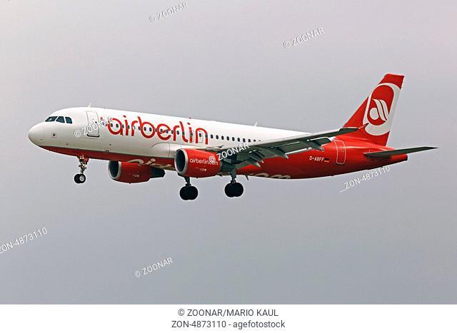 Ein zweistrahliges Verkehrsflugzeug vom Typ Airbus A 320 - 214 ( D-ABFF ) der deutschen Fluggesellschaft Air Berlin landet am Flughafen Dresden - Klotzsche