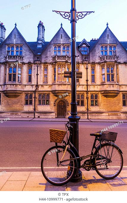 England, Oxfordshire, Oxford, Bicycle and High Street