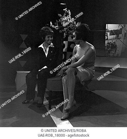 4-3-2-1 Hot and Sweet, Musiksendung, Deutschland 1966, Regie: Thomas Land; Moderatorin Lotti Ohnesorge (links) mit Miss Germany 1966, Marion Heinrich