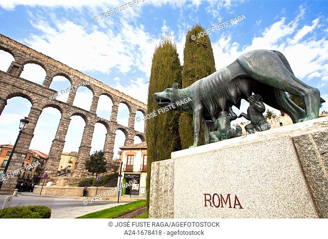 Statue of the Capitoline Wolf in front og the Roman aqueduct of Segovia, Castilla-Leon, Spain