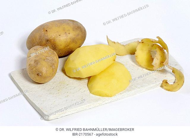 Potato peeling, peeled raw potatoes
