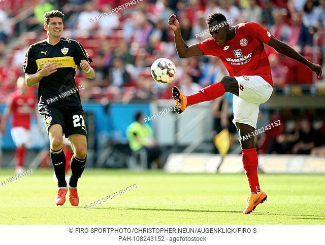 firo: 26.08.2018, football, 1.Bundesliga, season 2018/2019, FSV FSV FSV Mainz 05 - VFB Stuttgart, single action, duels, Mario GOMEZ, VfB Stuttgart, AARON