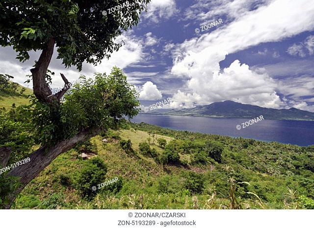 Ein Blick von der Insel Adonara,über die Meeresenge auf Insel Alor