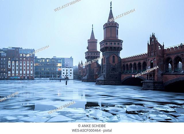 Germany, Berlin, view to Oberbaum Bridge in winter